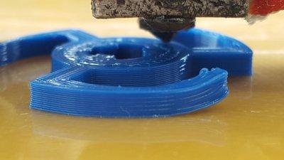 3D-gedrucktes Objekt auf Bauplatte.