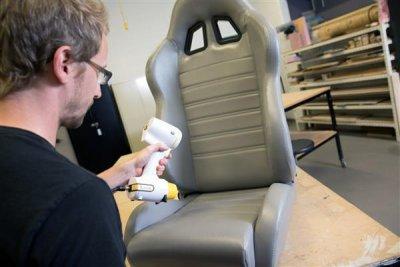 peel 3d scanner scannt einen Autositz.