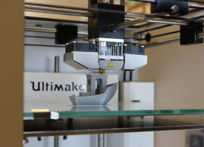 Ultimaker beim 3D-Druck des Plastikschiffes.