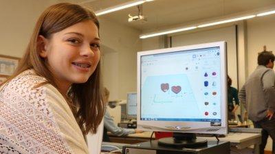 Schülerin entwirft Schachtel in Herzform für 3D-Druck.