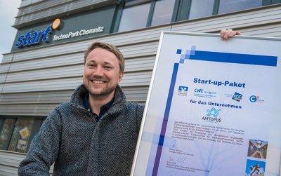 AMtopus Prof. Zeidler mit Urkunde für Start-up-Paket 2016