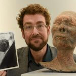 Museumsdirektor Dr. Spanke präsentiert 3D-Replik und Abzug des Originalfotos.