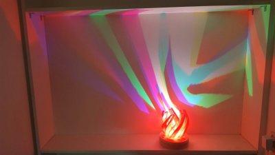 Lampe mit Wandreflexionen