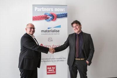 Handshake nach der Vertragsunterzeichnung.