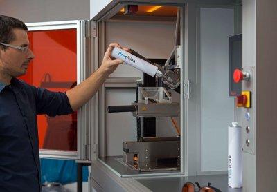 Eine neue Kartusche wird in den Hot Lithography 3D-Drucker eingesetzt.