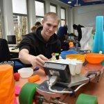 Schüler arbeitet mit 3D-Drucker