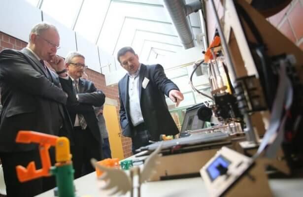 Stephan Weil vor einem 3D-Drucker
