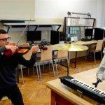 Der Violinist mit seinem 3D-gedruckten Musikroboter.