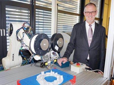 Dr. Wolfgang Kreuzer mit 3D-Drucker