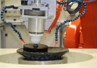 Roboter schleift optische Linse