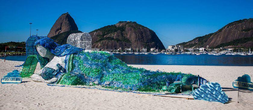 Plastikmadonna am Strand von Rio