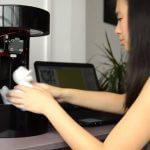 Schülerin mit 3D-Drucker