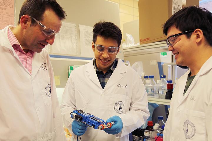 Drei Forscher mit dem Bioprinter