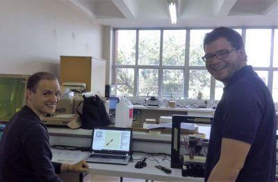 Die beiden Studenten Huggenberger und Seitz vor ihrem Arbeitsplatz