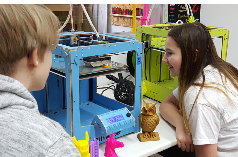 Zwei Kinder vor einem Ultimaker 3D-Drucker