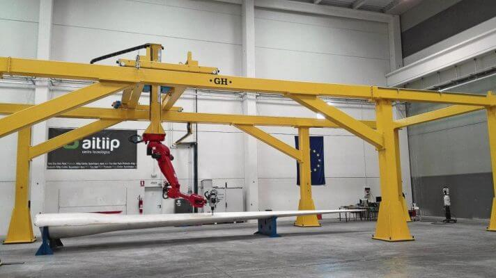 Der Kraken mit gelben Standbeinen und einem 20 Meter langem Roboterarm in rot.