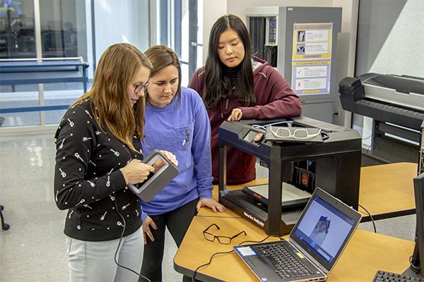 Studentinnen der Louisiana State University helfen sehbehinderten Schülern mit 3D-gedruckten Notfall-Ersatzbrillen