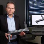Prof. Roman Teutsch mit einem Bauteil in den Händen