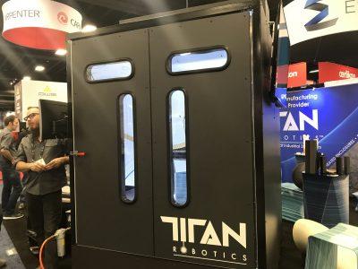 Mann vor Titan Robotics Atlas 3D Drucker an Rapid+TCT 2018