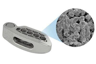 Abbildung der wabenförmigen Implantate in grau. Implantat und Vergrößerung mit Detailansicht der Struktur