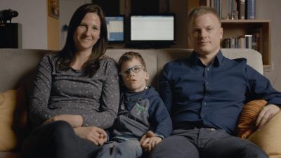 Nik und seine Eltern auf der Couch
