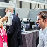 Impressionen von der Messe, Frau scannt einen Mann mit 3D-Scanner
