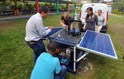 Die Studenten arbeiten an ihrem 3D-Drucker-Stromversorgungssystem