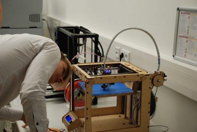 Student, der dabei ist, sich einen eigenen 3D-Drucker zu bauen