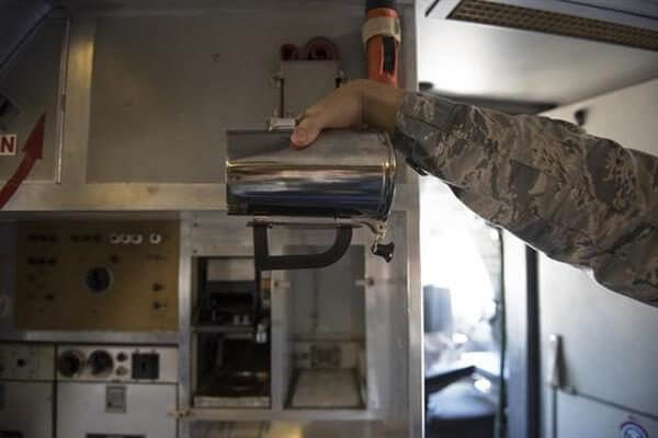 US Air Force Mitarbeiter demonstriert Kaffeetasse