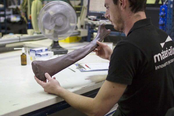 Mitarbeiter von Materialise mit Knochen des Mammuts
