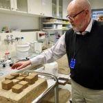 Toomas Tenno demonstriert 3D-gedruckte Objekte