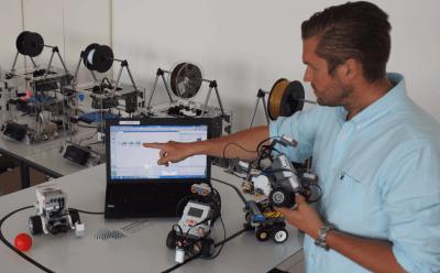 Dr. Benjamin Allbach mit 3D-Drucker und Roboter