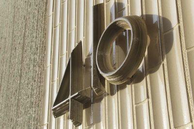 Hausnummer montiert an der Hauswand