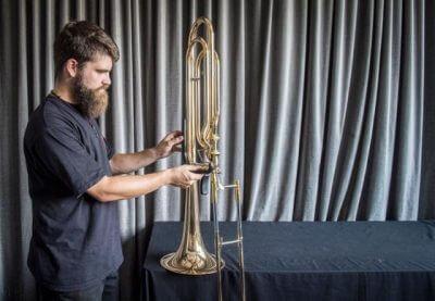 Bächi und ein Blasinstrument