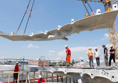 Betonelemente und Mitarbeiter am Bau