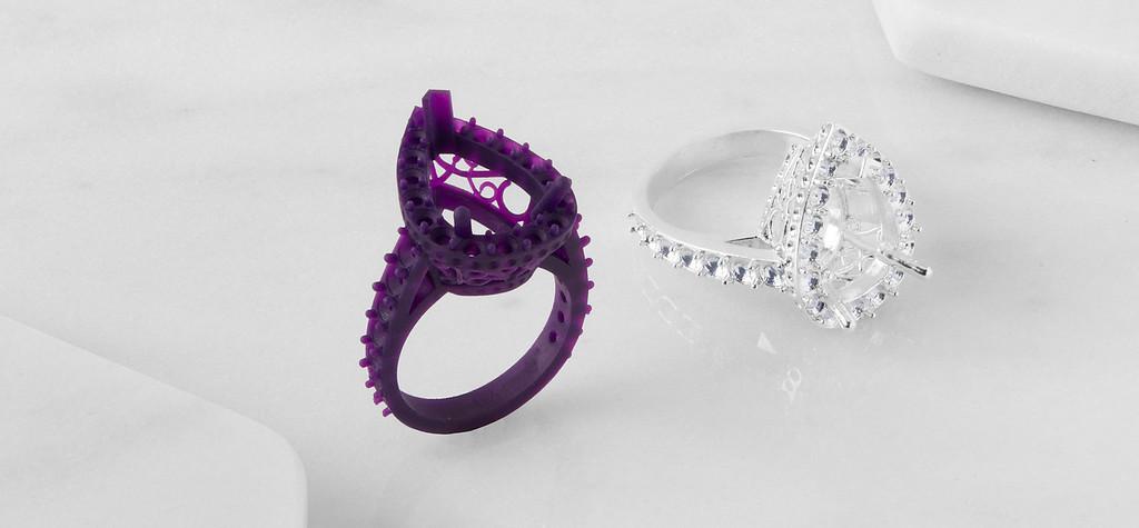 Zwei Ringe, einer in lila, einer in weiß