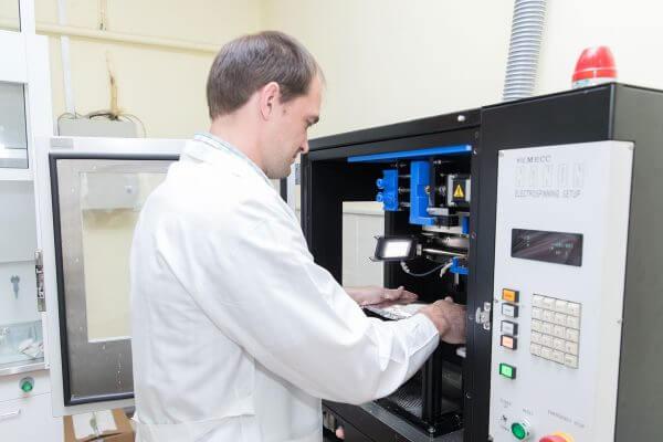Forscher vor einem Drucker