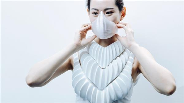 Frau mit Maske von Amphibio