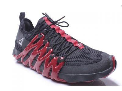 ein dunkler Schuh von Reebok