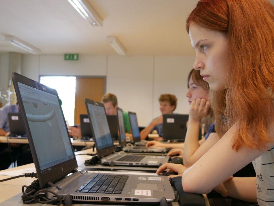 Schülerin vor dem Laptop