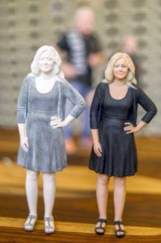 Replik einer blonden Frau