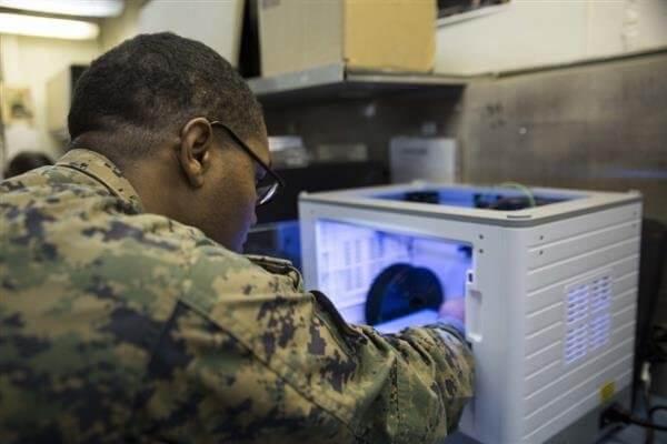 US Marine vor einem 3D-Drucker