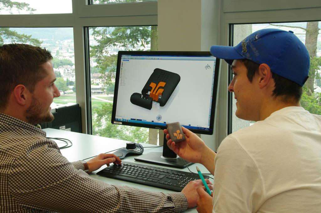 Zwei Teilnehmer vor dem Computer