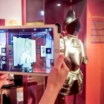 Mensch mit Tablet im Museum