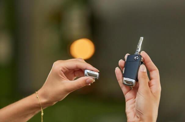 Namensschild und Schlüssel