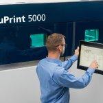 TruPrint5000 3D-Drucker und man am Arbeitspanel