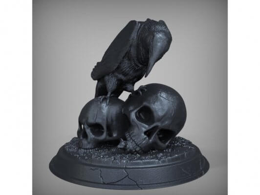 Dekofigur mit Totenkopf und Krähe