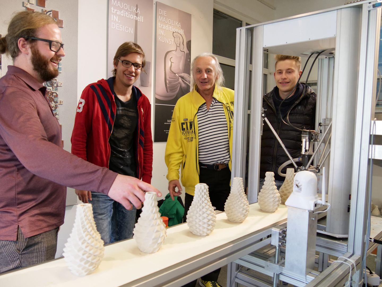 Professor und Studierende am Keramik-3D-Drucker