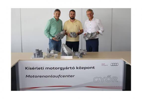 Z. Dudas mit Kollegen und Bauteilen