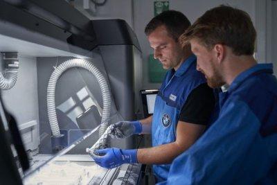 Mitarbeiter mit 3D-gedruckten Bauteilen